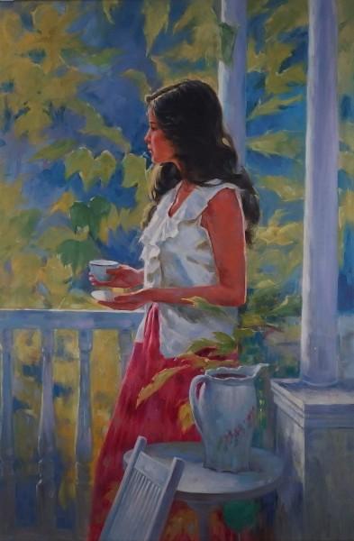 Junge Frau auf einer Terrasse